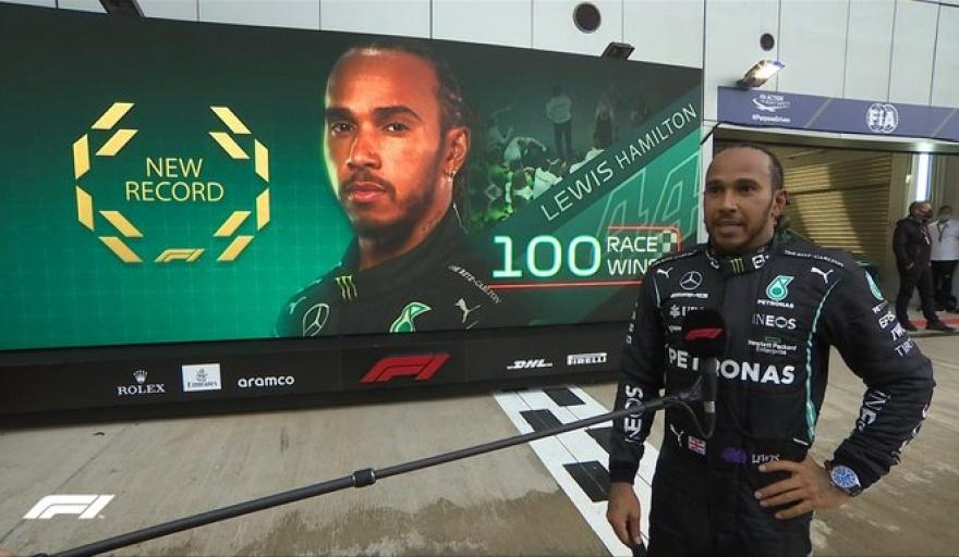 El momento donde la transmisión oficial presenta el récord 100 victorias a Hamilton